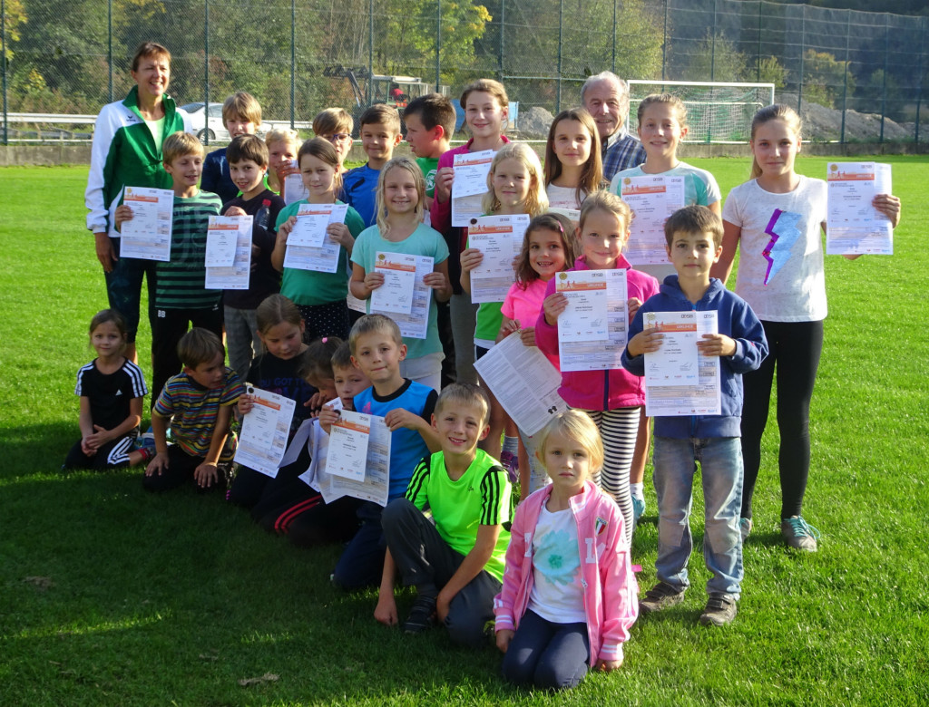 Leichtathletik Nachwuchs bei der Übergabe der Sportabzeichen auf dem Sportfreunde Sportgelände